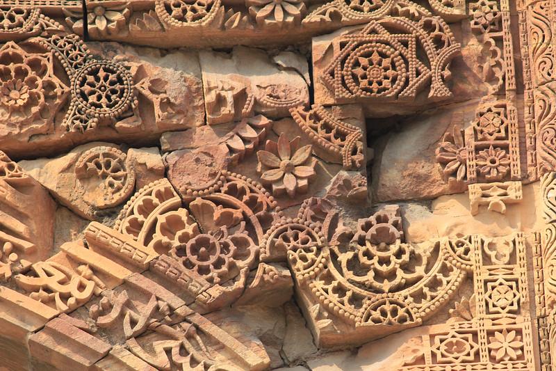 India. An Ancient Carving of Qutb Minar / Индия. Древний орнамент Кутб-Минара