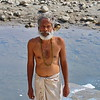 A priest washing his cloths in Ganga river / Священнослужитель, стирающий одежду в реке Ганге