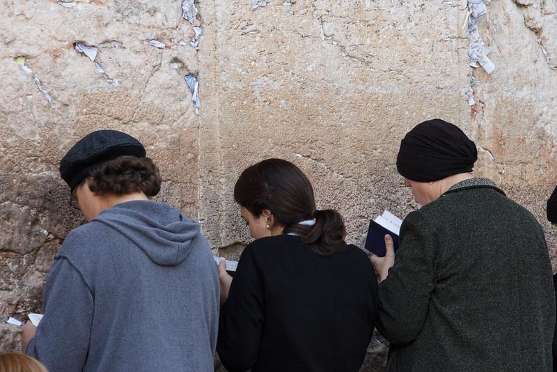 104 - Women praying and studying at Wall