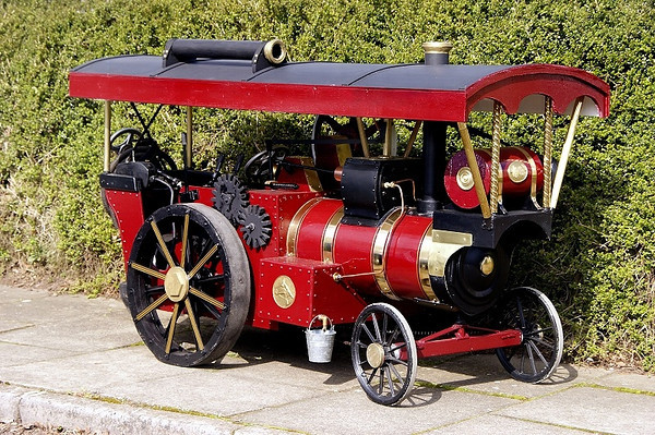 "MODEL TRACTION ENGINE ""QUEENIE"""