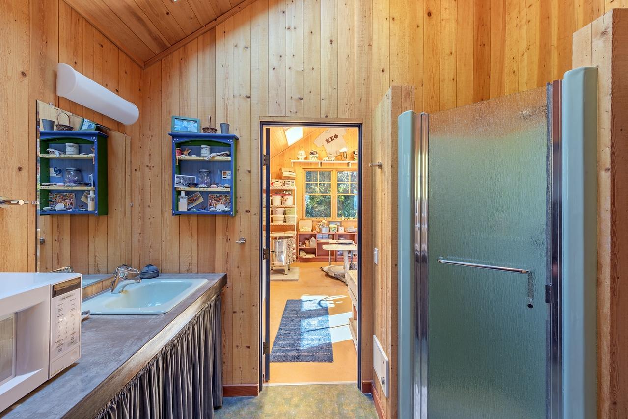 Guest House/Studio Bath