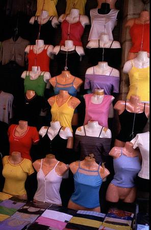 """Istambul. """"Couleur locale"""" Uitzicht van een kledingkraampje op de markt."""