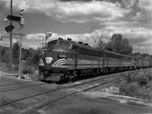 B&M southbound at Burncoat St crossing - the Summit, Worcester, MA - TAA-B&M-009-4K<br /> Note the neat wig-wag signal!