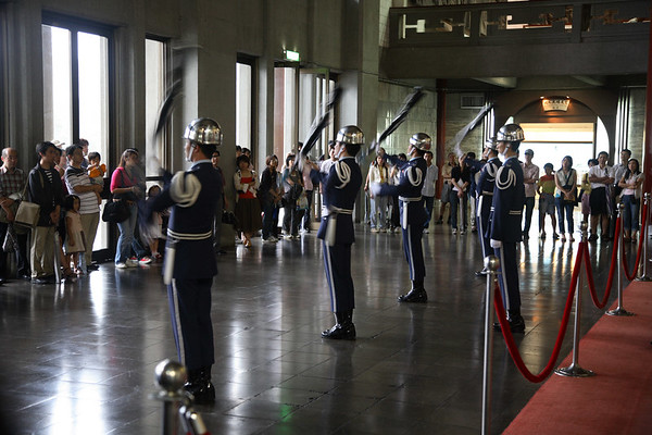 Changing guards at the Sun Yat-sen memorial hall.