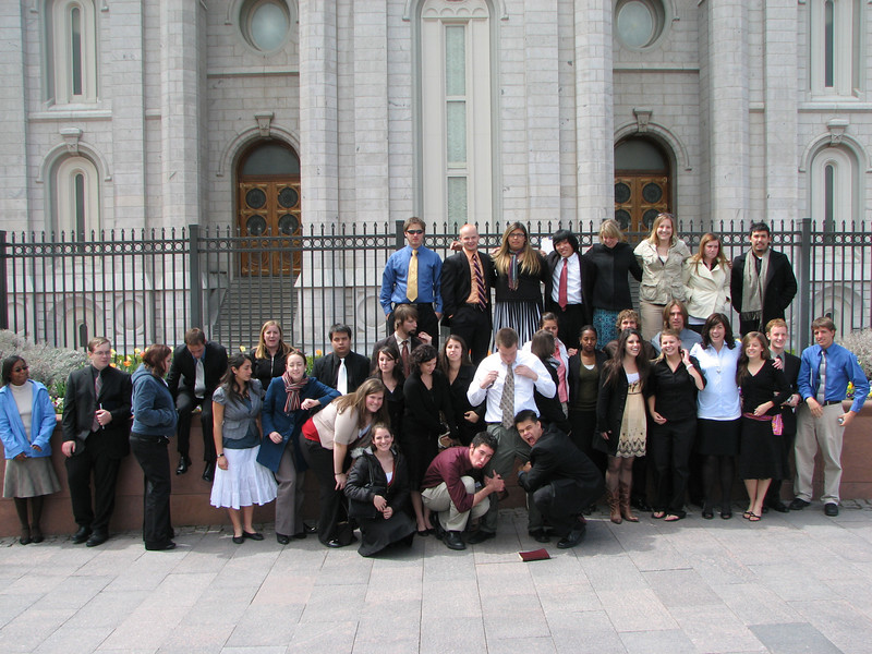 2007 04 11 Wed - Temple Square - Candid group pic by the Temple