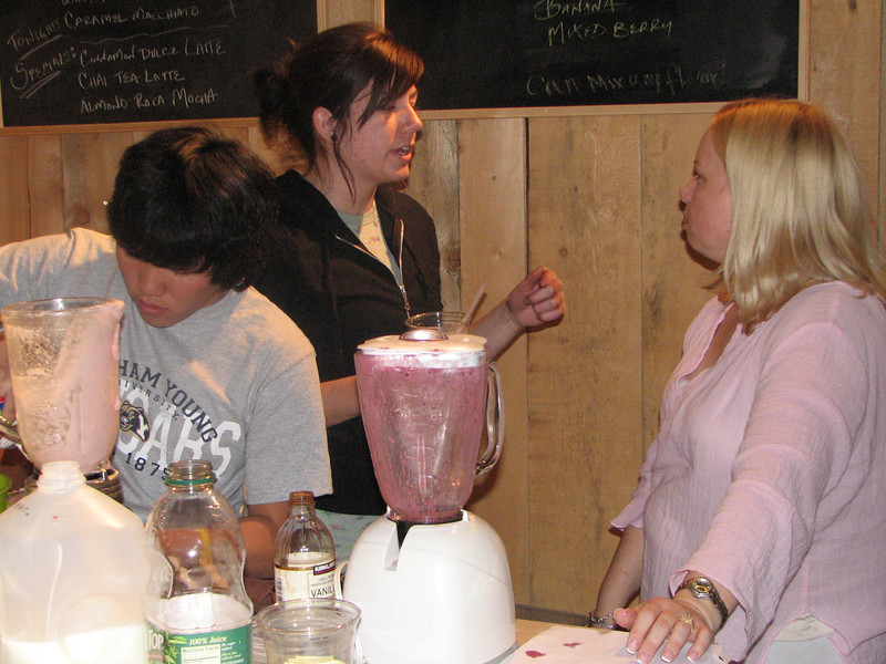 2007 04 13 Fri - Hangout Day @ Christ EV Free - Heather Olson, Chris Yap, & Christ EV Free lady making smoothies