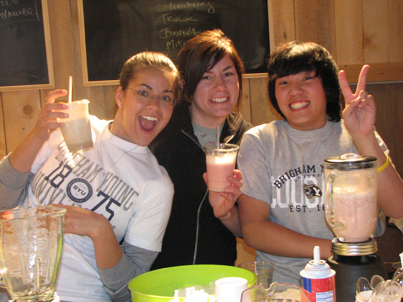 2007 04 13 Fri - Hangout Day @ Christ EV Free - Megan Reese, Heather Olson, & Chris Yap making smoothies