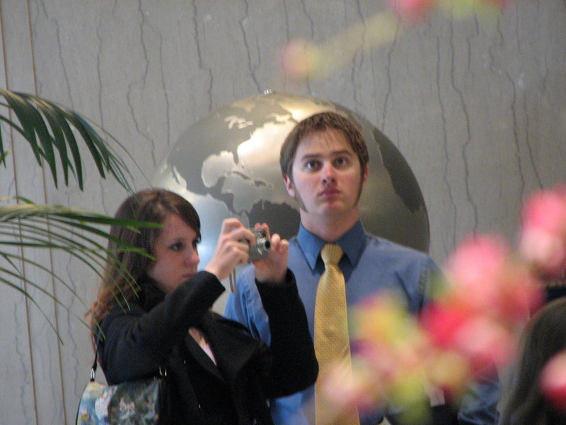 2007 04 11 Wed - Temple Square - Ashley Clifford & Dan Howen beyond the flowers