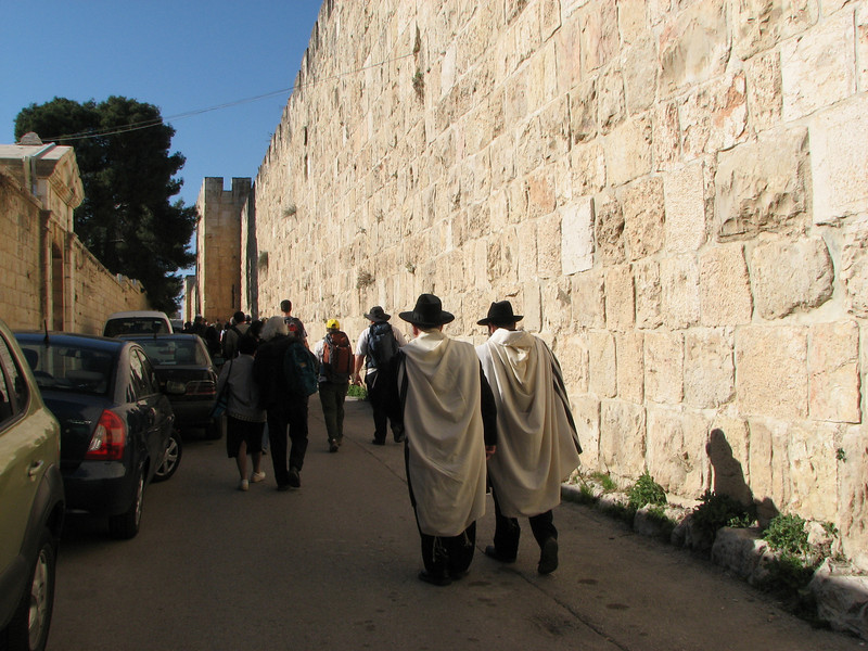 2007 12 29 Sat - Old City walk - Jews outside Zion Gate wall