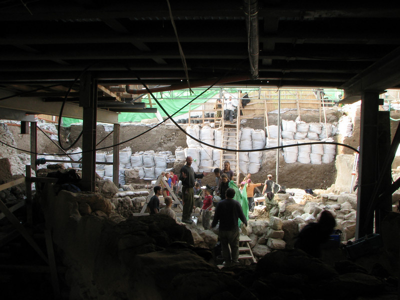 2007 12 30 Sun - Volunteers helping with an archeological dig in City of David 1