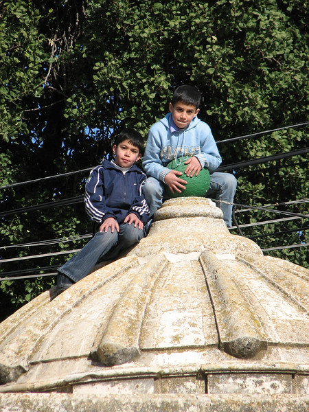 2007 12 31 Mon - Muslim schoolboys play climbing 2