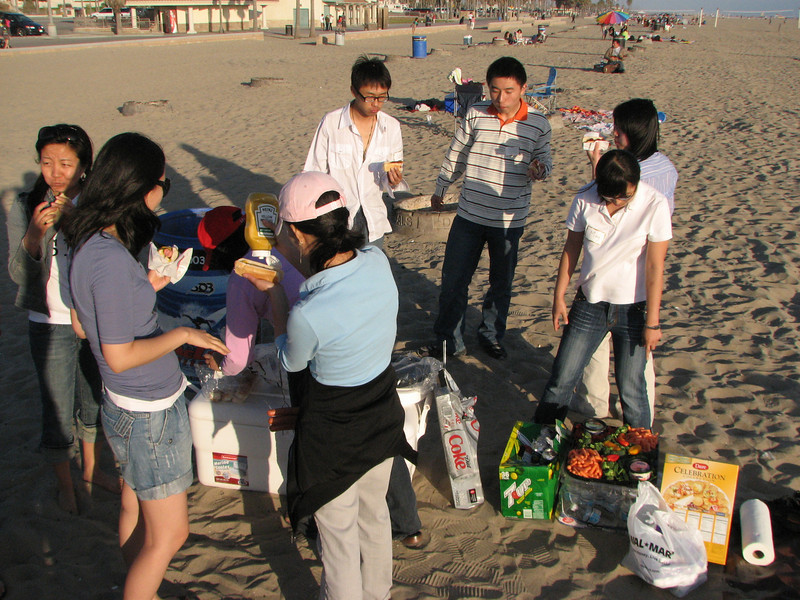 2008 03 24 Mon - Talbot & Int'l students @ the beach - Chow down