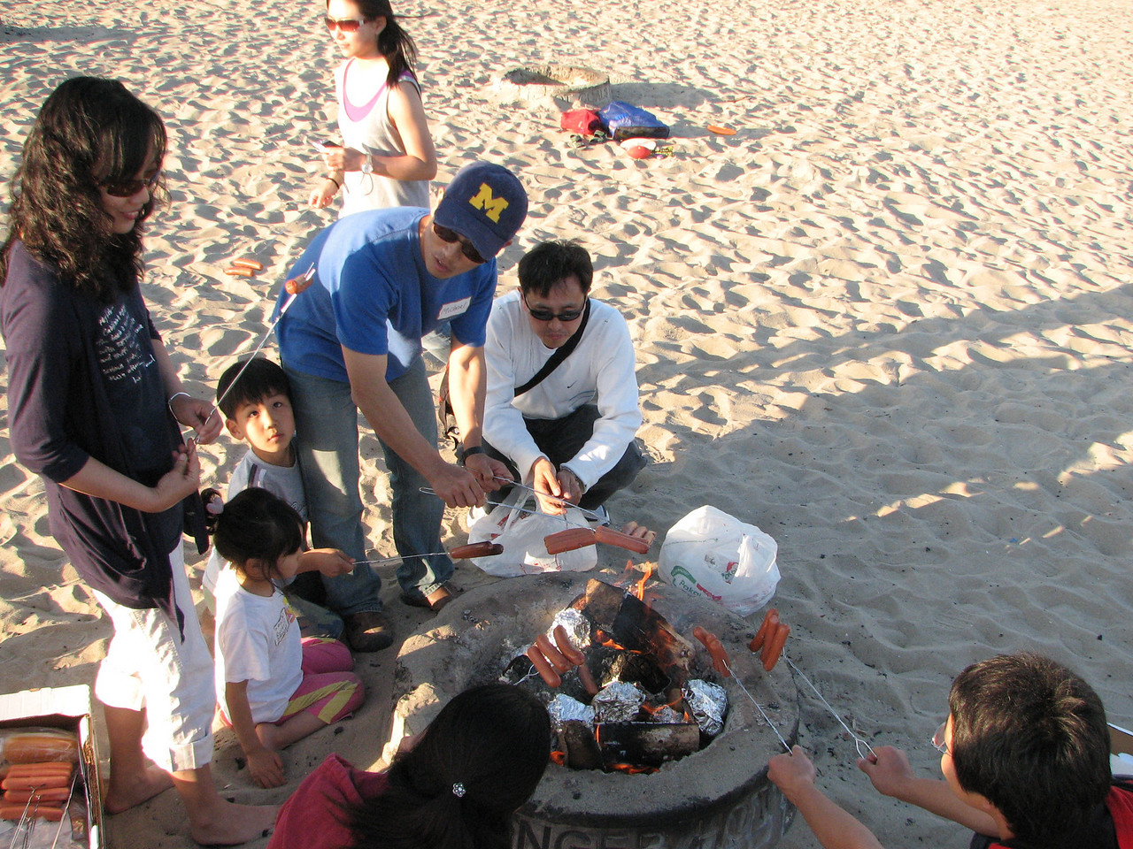2008 03 24 Mon - Talbot & Int'l students @ the beach - fryin' up dogs, 'tatoes, 'rrots, & 'nions
