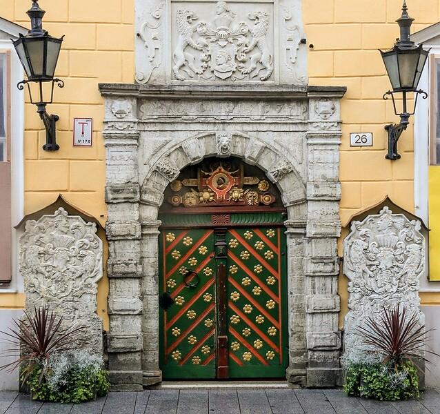 ZaBaltic T7i 2018 814B, SMALL, elaborate entrance on a Tallinn building (1 of 1)