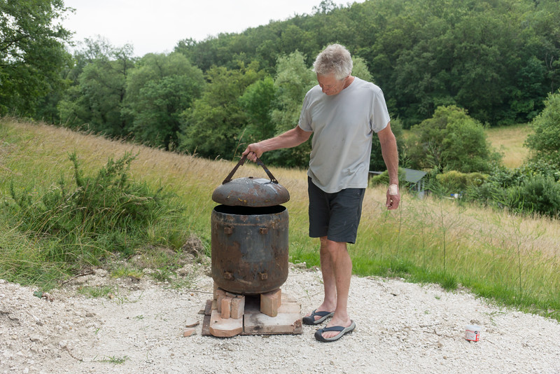 A bottom from an old project (forge chimney) perfect for secondary lid.