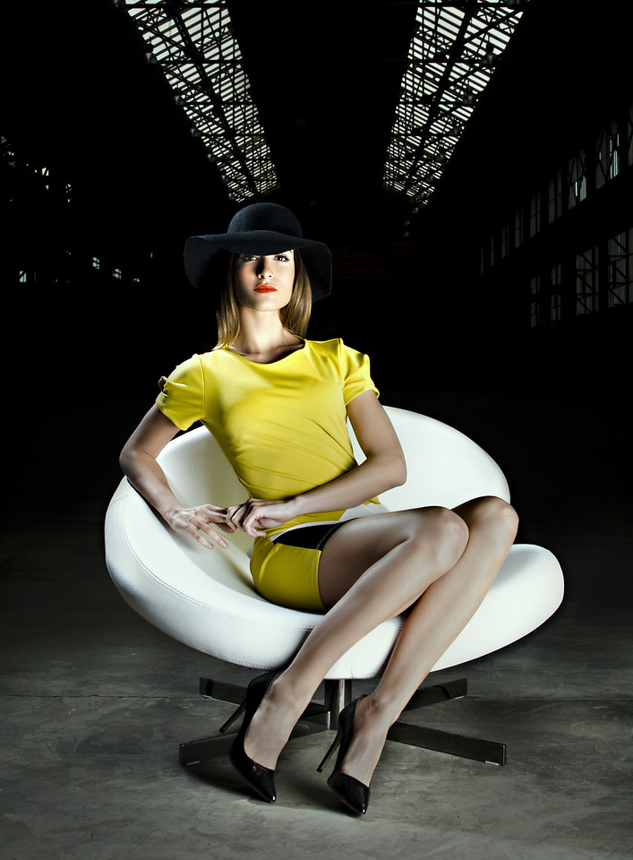 Photo de couverture du magazine Stemp Magazine:<br />     - Photo: Tarzshoot<br />     - Model: Charlène (Agence VIP models, à Lyon)<br />     - Fauteuil: Nuage de Roche Bobois<br />     - Robe et chapeau: Les folies d'Amélie<br />     - Lieu: Novaciéries, Saint-Chamond