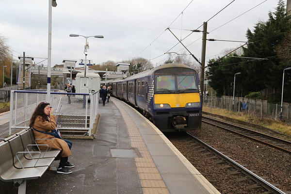 320317 arrives at Hyndland.  There may be trouble ahead.