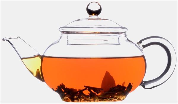 Čajové lístky ve skleněné konvičce - čaj černý