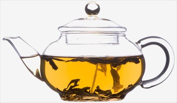Čajové lístky ve skleněné konvičce - čaj bílý