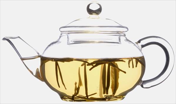 Čajové lístky ve skleněné konvičce - čaj žlutý