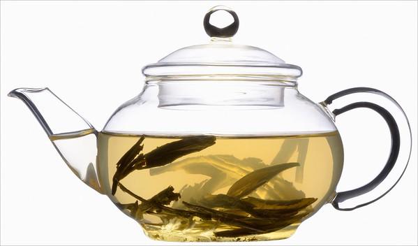 Čajové lístky ve skleněné konvičce - čaj zelený