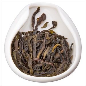 Shui Hsien - Vodní víla. Tea leaves in porcelain hopper. Čajové lístky v porcelánové násypce.