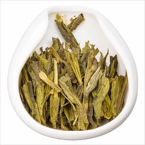 Tchaj pching Chou Kchuej - Opičí náčelník. Tea leaves in porcelain hopper. Čajové lístky v porcelánové násypce.