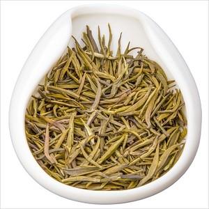 Meng Ding Huang Ya Jin Pin - Výhonky z Mlžného vrchu. Yellow tea leaves in porcelain hopper. Čajové lístky žlutého čaje v porcelánové násypce.