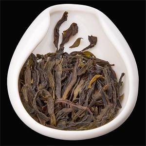 Shui Hsien - Vodní víla. Tea leaves in porcelain hopper. Čajo