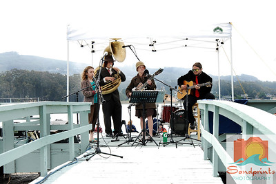 The Red Skunk Jipzee Swing Band performed at Boatzart this year. They comprise Molly Reeves, singer, Will Slavin tuba, Sam Boar-man guitar and Kenneth Joseph Donald Davis on drums (not seen here). Chloe Feoranzo gave a guest performance on clarinet.