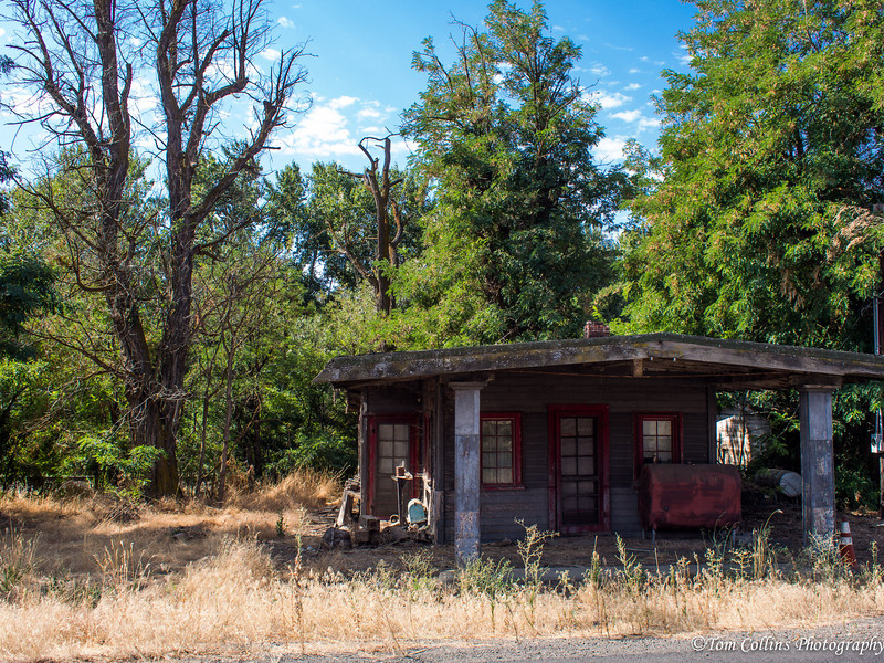 I think this old abandoned gas station was in Echo, Oregon.  What's left in Echo is this abandoned gas station and two mobile homes.