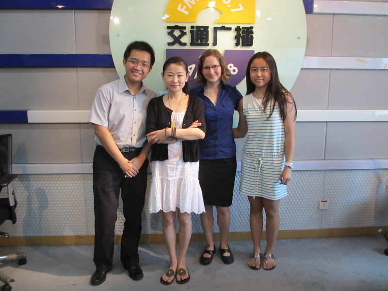"""JUCCCErs with radio host Ye Zhi (in white dress) of the Green Life radio show in Shanghai<br /> 聚思人和上海交通广播""""绿色生活""""栏目主持人叶子在一起"""