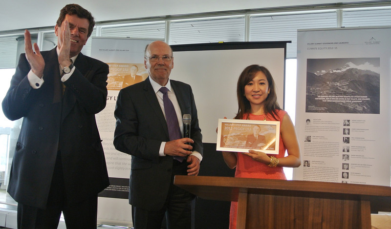 JUCCCE Chairperson Peggy Liu presented with 2012 Hillary Step Award<br /> 聚思主席刘佩琪荣获希拉里国际领导力学院荣誉大奖