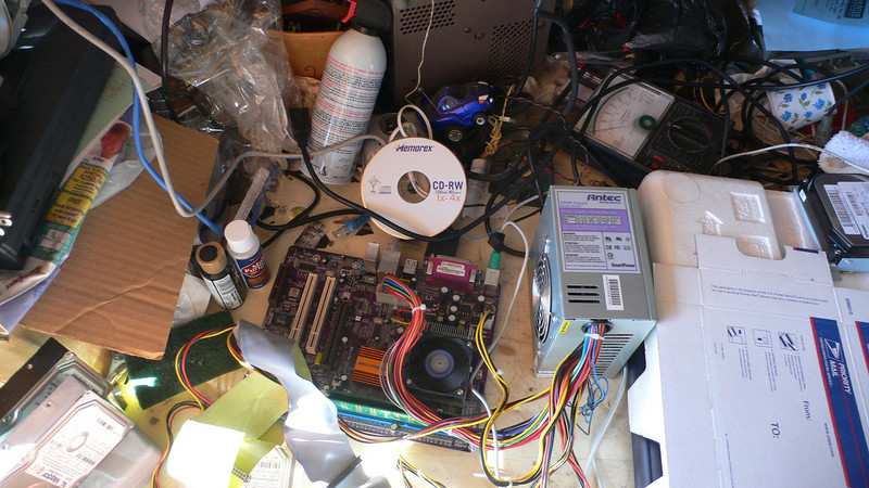 In the mass of wires. is a small PC with 512 ram running hmail, and Icecast + ezstream for the radio! Well... It works!