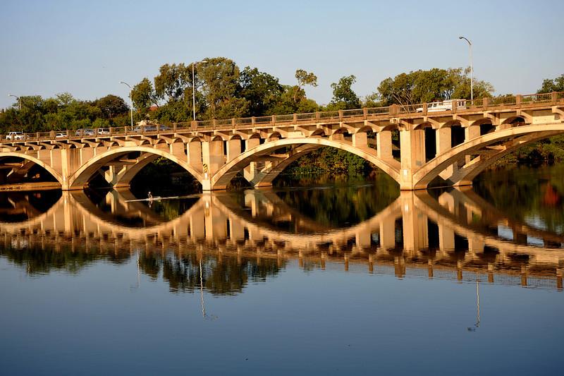 Skuller under the Lamar bridge