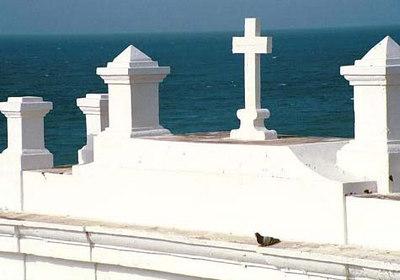 """Igavik - Surnuaed.  """"El Morro"""" kindlus - San Juan   Eternity - The San Juan Cemetery.  """"El Morro"""" fortress - San Juan"""