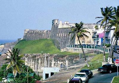 """Kuue korruseline kindlus, mis tõuseb 40-ne meetri kõrgusele merepinnast, moodustab tugeva kaitse oma ligi viie meetri paksuse müüridega. """"El Morro"""" kindlus - San Juan   Six-level fortress - rising 140 feet above the sea, its 18-foot-thick wall proved a formidable defence. """"El Morro"""" fortress - San Juan"""