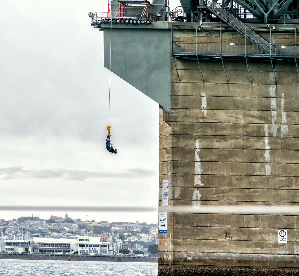 2018-03-12 Bungy jumping, Auckland Harbor Bridge, coords: -36.82917 174.74583