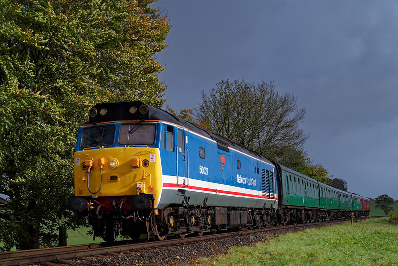 50027 comes off Wanders Curve, with the 09:30 Alton - Alresford, on 21st October 2017.