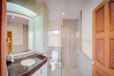 Six bedroom Temple House Villa, Kantiang Bay bathroom, Ko Lanta