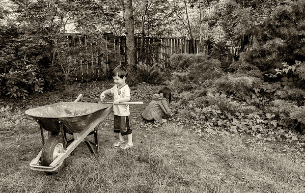 2016-05-16 Mateo & Emilia working in the yard