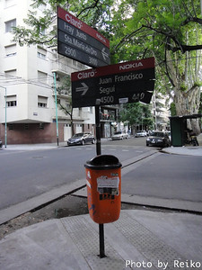 通りの名前の標識。 NOKIAとかClaroとか、通信会社がスポンサーになってるんだろうか。。