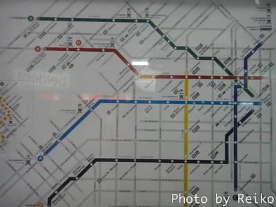 地下鉄駅は、大通りが交差する角に位置してる。 ずいぶんとしっかりした都市計画。