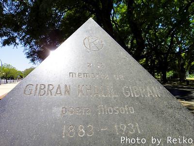 カレル・ギブランの記念碑がなぜブエノスアイレスにあるのかは不明