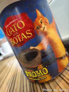 朝ご飯にガト登場〜♪ GATO CON BOTASって、たぶん「長靴をはいたネコ」のことだよね。