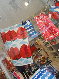 マリメッコのイチゴ柄   http://www.marimekko.jp/topics/mansikkavuoret_collection.html