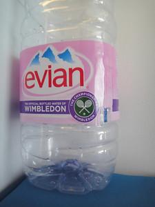 エビアンは、町中で買ってもウィンブルドンバージョンだったりすることがある。