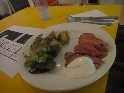 Royal Academu of Artsの学食にて。 肉定食3,30ポンド。野菜やポテトやソースは盛り放題。