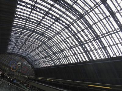 ロンドンSt. Pancras駅到着。奥にオリンピックマークが見える。