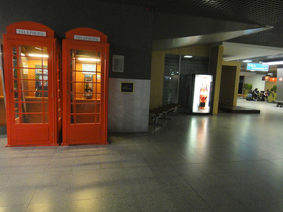 ブリュッセルとロンドン間はユーロスター(ドーバー海峡横断列車)利用。ブリュッセルでユーロスターチェックイン、荷物検査、そして英国入国審査。 入国審査を終えて待合室に入ると、そこにはすでに英国公衆電話ボックスが。